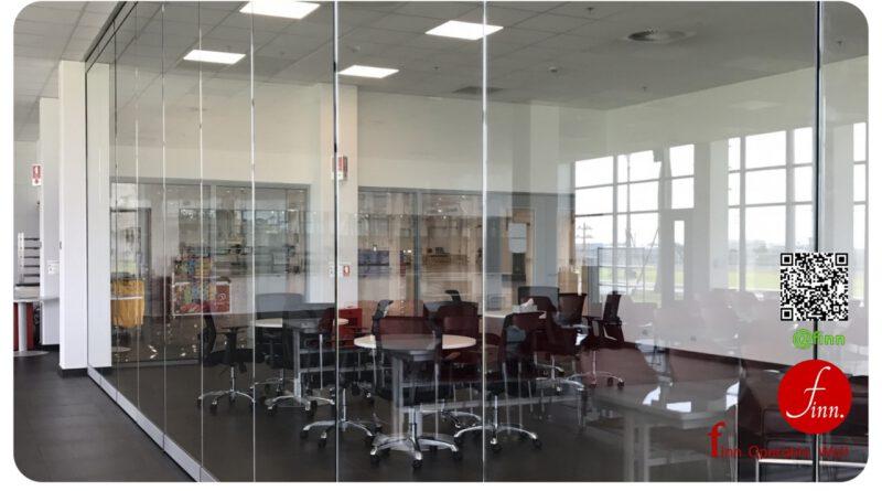 ผนังบานเลื่อนกระจก Finn Operable Wall สามารถใช้กั้นเพิ่มความเป็นสัดส่วน เพื่อสร้างความเป็นส่วนตัว พร้อมการมองเห็น